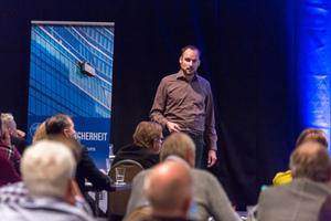 """<span class=""""bildunterschrift_hervorgehoben"""">Markus Alp</span> von der Fraport AG erläuterte die Umsetzung von Absturzsicherheit in Planung und Bewirtschaftung."""