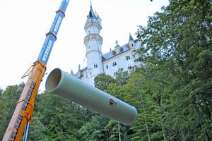 Abladung der 12 m langen GFK-Rohre am Schloss Neuschwanstein.