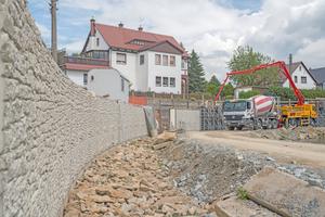 """Mit der NOEplast Mauerwerk-Struktur """"Murus Romanus"""" passen sich die neuen Stützwände optisch dem Erscheinungsbild der alten Stützwände an."""