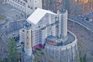 Der östliche Torbau des Schlosses, komplett mit Peri Up Flex eingerüstet. Ein temporäres Wetterschutzdach überspannt den Zugang zum Schloss.