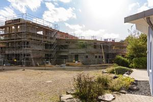 Die Waldorfschule Neuwied erhält ein neues Unterrichtsgebäude. Für den Schallschutz sorgen die Jasto Plan Phon Steine.