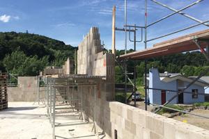 Jasto-Mauerwerk wurde für die Innen- und Außenwände genutzt. Der Leichtbeton ist ein Baustoff aus der Region mit vulkanischen Wurzeln.