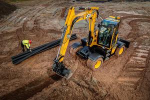 Sämtliche Arbeiten beim Kanalbau – vom Graben ziehen über Rohrverlegung bis zum Verfüllen – erledigt der Hydradig präzise und schnell.