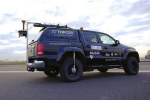Der Hochleistungsscanner RD-M1 ist hinten am Fahrzeug befestigt und scannt die Oberfläche bei der Überfahrt.