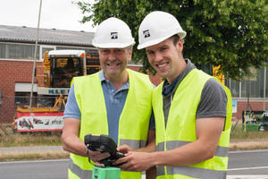 Marius Hülscher, angehender Master-Absolvent im Fach Wirtschaftsingenieurwesen mit der Fachrichtung Bauingenieurwesen unterstützt Bauleiter Frank Jansen auf den Baustellen. Zu seinen Aufgaben zählt, Lieferscheine zu sortieren, in die EDV des Unternehmens einzugeben und schließlich abzulegen.