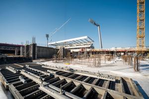 Die Manto Großrahmenschalung von Hünnebeck ist an vielen Stellen auf der Stadionbaustelle im Einsatz. Mit ihrer Hilfe wird z.B. die aufgelöste Tragstruktur der neuen Tribünen in Sichtbetonqualität (SB2) hergestellt.