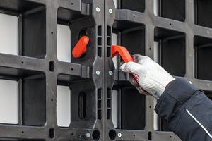 Bei der Duo wird der Verbinder durch die länglichen Rahmenöffnungen gesteckt und dann ganz einfach um 90° gedreht. Diese Verbindung sorgt für planebene Ausrichtung der Paneele. Da die Verbinder nach Einbau bündig mit dem Paneel abschließen, lassen sich größere, vormontierte Einheiten sehr flach stapeln.