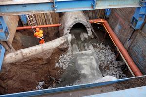 v.l.n.r.: Die Schwierigkeit der Maßnahme bestand u.a. darin, die Zu- und Abflüsse an den Kanalknotenpunkten hydraulisch sinnvoll einzubinden.
