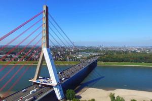 Als Schrägseilbrücke hält die Fleher Brücke in Deutschland gleich zwei Rekorde: Mit einer Spannweite von 368 m über den Rhein übertrifft sie alle Brücken ihrer Art und der massive Brückenpylon in Stahlbetonbauweise ist mit einer Höhe von 145 m ebenfalls unübertroffen.