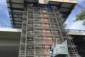 Für den Transport von Material und Personen auf die drei Plattformen des Gerüsts installierte Teupe & Söhne Gerüstbau insgesamt vier Bauaufzüge der Böcker Maschinenwerke GmbH aus Werne.