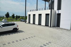 Der Parkplatz entstand auf mehreren Ebenen, da auch Lieferfahrzeuge hier rangieren, war stabiles Pflaster gefragt.