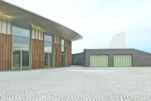 Das Arena Pflaster belebt die große Fläche und steht in einem spannenden Dialog mit den Materialien und Strukturen der Halle und des Nebengebäudes.