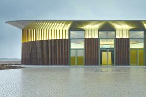 Die Skulpturenhalle zeigt sich als gelungene Symbiose von Gebäude und Außenraum. Dazu trägt das Pflastersteinsystem Arena entscheidend bei. Seine unregelmäßigen Formate eigneten sich am besten für den großen runden Vorplatz. Zu den angrenzenden Wiesen und Feldern begrenzen Arena Palisaden den Flächenbelag.