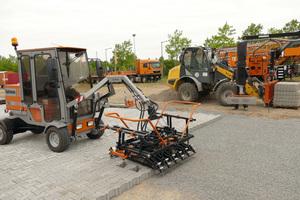 Die Optimas Pflasterverlegemaschine T 22 und der Optimas Vacu-Lift machen die Verlegearbeiten deutlich leichter und damit erheblich schneller.