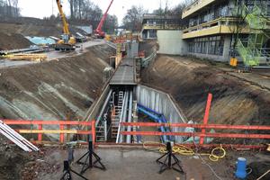 Die Fertigstellung des Medienkanals erfolgte abschnittsweise. Dem Baufortschritt folgend wurden die Rohrleitungen in die noch nicht verschlossenen Bereiche eingebracht.