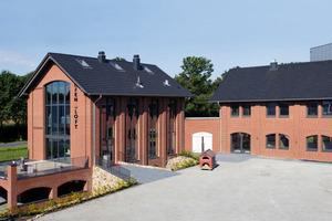 Die Wandbaustoffe, das Schornsteinsystem im Loft (l.) sowie die Zwischendecke im Wohngebäude (r.) lieferte Wienerberger. Das Haus bewohnen die Geschäftsführer Dirk und Sarah Reimann mit ihren Kindern