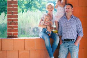 Sarah und Dirk Reimann mit ihren Kindern fühlten sich bereits im Rohbau ihres Ziegelhauses sehr wohl.