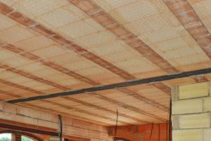Im Wohnhaus der Familie trennt eine Ziegeldecke Erd- und Obergeschoss. Die vorgefertigten Ziegel-Gitterträger mit Einhängeziegeln sind auf eine Stahlträgerkonstruktion aufgebracht, der Aufbeton wurde vor Ort verfüllt. Für die Innenwände verwendete das Bauherrenpaar den PorotonPlanziegel ZWP in der Stärke 11,5 Zentimeter.