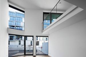Bodentiefe Fenster lassen Licht durch alle Räume fluten und Wände aus Heidelberger Kalksandstein sorgen im städtischen Quartier für eine ruhige und wohnliche Atmosphäre.