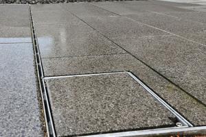 Für die Linienentwässerung vor den Eingängen wurden Schlitzrinnen des Typs Lamina der Firma Richard Brink verbaut. Revisions- und Spülkästen dienen als Säuberungsmöglichkeit für die Rinnen.