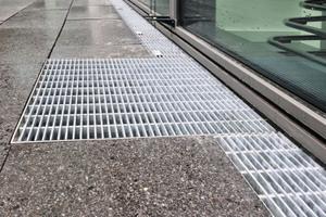 Die Entwässerungsrinnen vom Typ Stabile Magna und die Längsstabroste aus Edelstahl bzw. feuerverzinktem Stahl nehmen anfallendes Niederschlagswasser auf. Sie leiten es zuverlässig in den Untergrund ab. Punkteinläufe ergänzen das System.