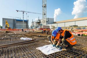 Sobald mehr als 150 Mitarbeiter an einer Baustelle beschäftigt sind, kann man die Arbeitssicherheit mit einem Zutrittskontrollsystem deutlich besser überwachen, da nur registrierte Mitarbeiter Zugang zur Baustelle erhalten.