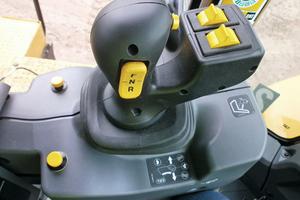 Der Joystick wurde so umgebaut, dass die Funktionen mit der linken Hand gesteuert werden können. Die eingebauten Drucktasten konnte man mit übernehmen. Zusätzlich wurde die Wahl der vier Vorwärtsgänge und des Rückwärtsgangs auf den Joystick aufgeschaltet.