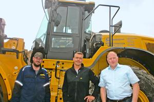 Philipp-Louis Bontrup, Servicetechniker, Georg Berken, Radladerfahrer, und Markus Knippschild, leitender Verkaufsrepräsentant, bei der Inbetriebnahme der Baumaschine (Bild links).