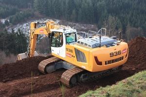 Ein Vorteil der Maschine bei Böschungsarbeiten ist seine besonders große Stabilität durch das Gegengewicht von 6,3 Tonnen.
