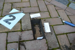 10 Unbelastete Probestelle, Fugenmaterial befindet sich nicht unter dem Stein.