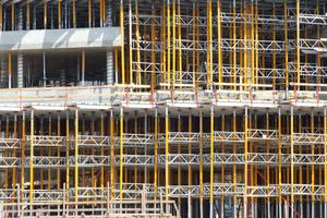 Traggerüste, Schalungen sowie Arbeits- und Schutzgerüste sind temporäre Konstruktionen für Bauwerke und gleichzeitig Arbeitsmittel, welche eine integrale und relevante Komponente des Bauens bilden. Insofern ist für die Unternehmen der Bauwirtschaft wichtig, dieses Element über alle Phasen der Planung und Realisierung von Bauprojekten adäquat zu erfassen.