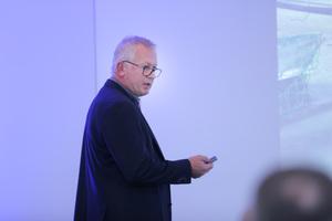 Heinz Schlosser, Dachdeckermeister und Spezialist für Flachdächer, erläuterte verschiedene Sicherheitslösungen aus der Praxis.<br />