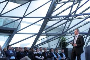 Prof. Dr.-Ing. Marco Einhaus, Leiter BG Bau Prävention Hochbau, beschrieb die enormen Anstrengungen, die erforderlich waren und sind, um eine ausreichende Absturzsicherheit beim Bau und beim Betrieb der komplex konstruierten BWM-Welt sicherzustellen.<br />