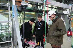 In der begleitenden Ausstellung demonstrieren Mitarbeiter der Unternehmensgruppe Carl Stahl die Funktionsweise ihrer Sicherheitssysteme.<br />