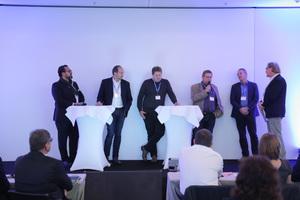 Den Abschluss der Veranstaltung suchten David C. Meuer (Architekt), Martin Sonnberger (Bauunternehmung), Gerd Renz (Handwerk), Renatus Dierberger (SiGeKo) und Prof. Dr.-Ing. Marco Einhaus (BGBau) im Rahmen einer Podiumsdiskussion nach Wegen, die Kommunikationsschwierigkeiten aller am Baubeteiligten aufzulösen. Moderiert wurde die Diskussionsrunde von Burkhard Fröhlich, Chefredakteur der DBZ (v.l.n.r.).<br />