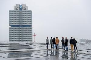 Prof. Dr.-Ing. Marco Einhaus (2.v.l.) erklärt Veranstaltungsteilnehmern die Sicherheitssysteme auf dem Dach der BMW-Welt.<br />