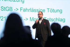 Im letzten Vortrag des ersten Veranstaltungstages wies Dr. Florian Englert, Fachanwalt für Strafrecht, eindringlich auf die möglichen schweren Folgen für Auftraggeber, Planer und Sicherheitsverantwortliche hin, die sich aus nachlässigen Sicherheitsvorkehrungen ergeben können.<br />