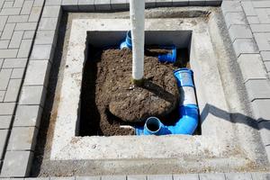 Damit die Baumbewässerungswinkel in die Betonschutzglocken passten, wurde die Standardausführung angepasst.
