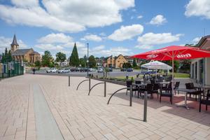 Der neue Pflasterbelag in der Raiffeisenstraße in Neustadt (Wied) leistet einen wichtigen Beitrag bei der Dorferneuerung.