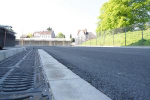 Der Parkplatz bietet 441 Fahrzeugen Platz. Damit diese nicht im Regenwasser stehen, wird es über das D-Rainclean System zuverlässig abgeleitet.