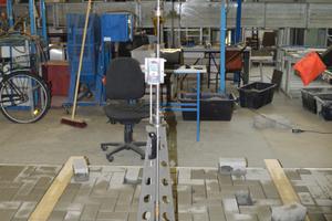 Abbildung 3a: Die Fugensonde zur Prüfung der Eindringtiefe einer Nadel mit einem Durchmesser von 2 mm, links im Labor, rechts im Feld.
