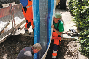Einzug des Schlauchliners: Die einzuziehenden Schlauchliner hatten durch die Größe von DN 500 und die Länge von stolzen 212 und 213 Metern eine enorme Dimension und ebensolches Gewicht.
