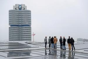 Prof. Dr.-Ing. Marco Einhaus (2.v.l.) erklärt Veranstaltungsteilnehmern die aufwendigen Sicherheitssysteme auf dem Dach der BMW-Welt. Aus Sicherheitsgründen war die Größe der Besuchergruppen beschränkt.