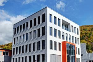 Die Fassade entstand aus im Stahl-Leichtbau vorgefertigten Fassadenelementen, die geschosshoch und in der Breite über jeweils drei Fensterachsen hergestellt und montiert wurden.