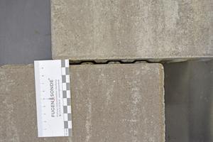 """Abbildung 1: Oberflächliche Fugenbreite und Fugenbreite im Bereich s.g. """"Fugentaschen"""" (gelbe Pfeile)"""