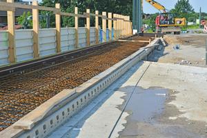 Durch die Kombination eines optimalen Eigengewichts und einer guten technischen Verankerung zwischen den Rinnenelementen und den angrenzenden Brückenbauteilen integriert sich die Kerb Drain Bridge perfekt in den gesamten Brückenaufbau.