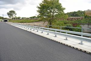 Als Entwässerungslösung für die Brückenbauwerke der Autobahn BAB A1 bei Bad Schwartau kam erstmalig die neue Aco Drain Kerb Drain Bridge zur Ausführung.