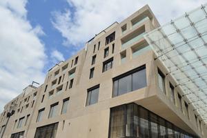 Die Fassadenelemente für die oberen Geschosse wurden mittels einer Strukturschalung erstellt.