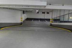 Im Zuge der Abdichtungs- und Beschichtungsarbeiten erfolgte auch eine optische Aufwertung des Parkhauses. Farbige Akzente in Verkehrsgelb kennzeichnen markante Punkte der Parkebenen, z. B. Schrammborde und Säulen.