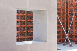 """Die Außenwände der """"Betonoase"""", in Berlin-Friedrichsfelde aus dem innovativen Baustoff Infraleichtbeton erstellt, werden mit der Logo.3-Wandschalung von Paschal geschalt."""